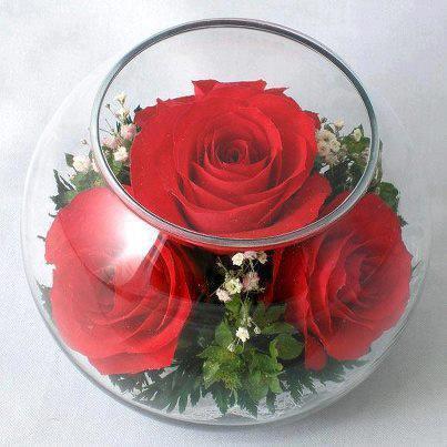 Цветове от роза в стъклен съд