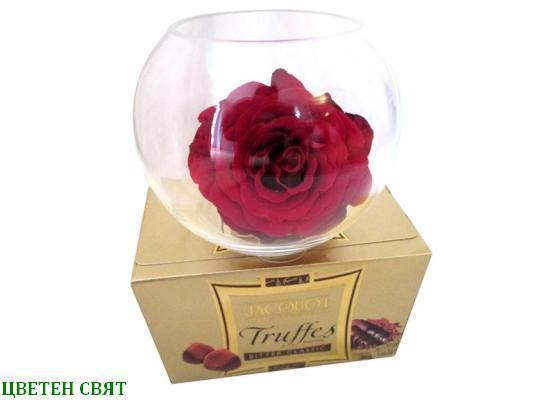 Роза в стъклен съд и бонбони
