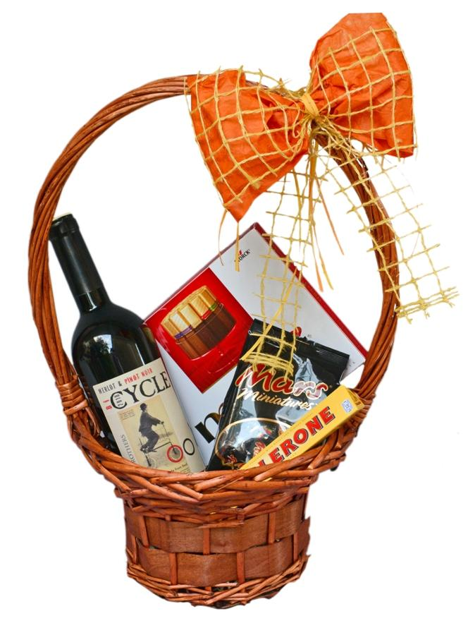 Кошница с вино и шоколадови лакомства